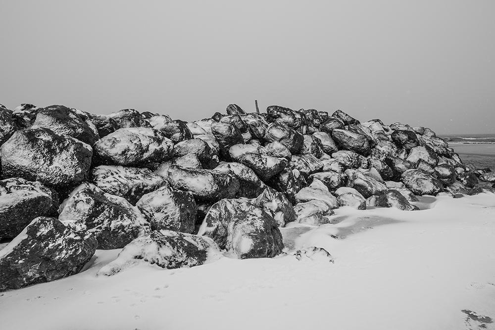 CONTIS - les rochers de la digue sous la neige